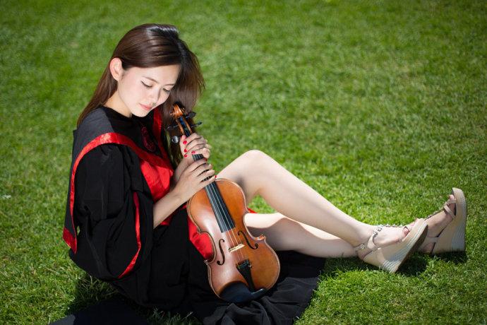 """2011年深圳大运会开幕式上的小提琴女孩,中国人民大学艺术学院2014届杨帆,是去年网上走红的""""人大女神""""康逸琨的直系师妹,她的一组毕业照走红网络。"""