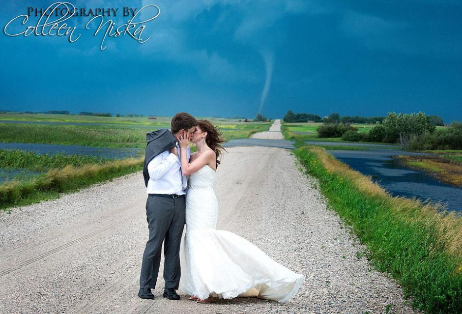 据英国《每日邮报》7月6日报道,加拿大萨斯克彻温(Saskatchewan)摄影师科琳·尼斯卡(Colleen Niska)为一对新人拍摄婚纱照时遭不速之客造访。一场突如其来的龙卷风,让这对新人体验了一把终生难忘的疯狂浪漫。