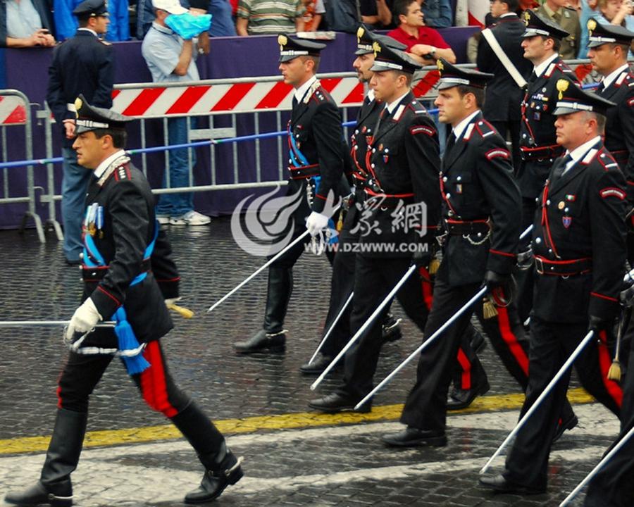 """意大利宪兵是意大利国家宪兵警察组织,其职能是在法律范围内,打击犯罪,维护社会治安,关键时刻还能抵御外敌的准军事组织。其座右铭是是""""Nei Secoli  Fedele""""(永远忠诚)。"""