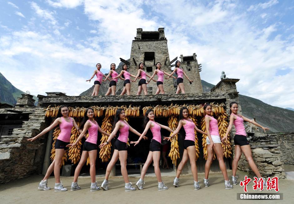 7月13日,国家女子健身队走进阿坝州理县桃坪羌寨,继续她们为期10天的户外拉练。