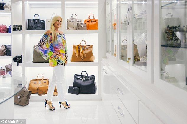 据《每日邮报》2014年7月18日报道,前德州小姐近日向公众展示了自家占地近300平米的霸气衣柜以及总价值达到300多万元的奢侈品收藏图片,引网友围观。