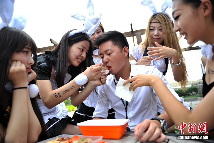 """7月28日上午,一群身着女仆装头戴兔耳的性感女郎来到北京一家著名的IT公司内,为在这里工作的单身男性献上""""七夕福利""""。"""