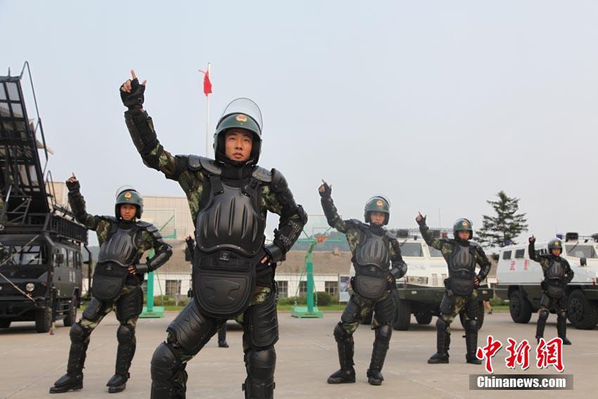 """7月29日,武警吉林市支队一大队的官兵们在作讯室、训练场、炊事班和打靶场跳起了军营版""""小苹果""""。"""
