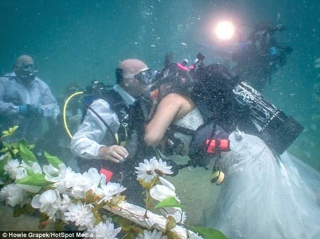 这对具有冒险精神的美国夫妇,新娘穿着婚纱,新郎身着礼服,在9米水下结为夫妇。一身潜水装备的治安官及他们的亲友见证了这个浪漫的过程。
