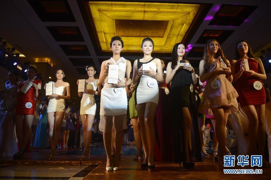 8月25日,参加国际游艇模特大赛中国区总决赛的佳丽在杭州亮相。