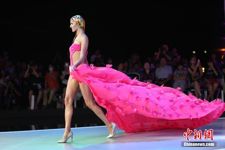 """8月28日晚,""""魅力中国东方时尚?2014OMC世界比基尼模特大赛全球总决赛""""在青岛举行。"""