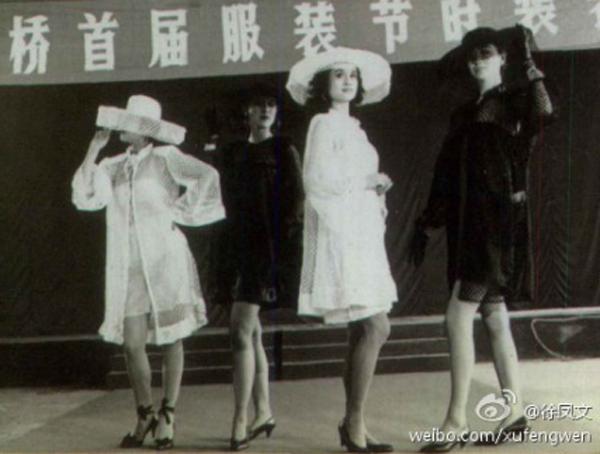 葛天母亲汤玲玲1986年年轻时参加了山东省第一支模特队并任队长。