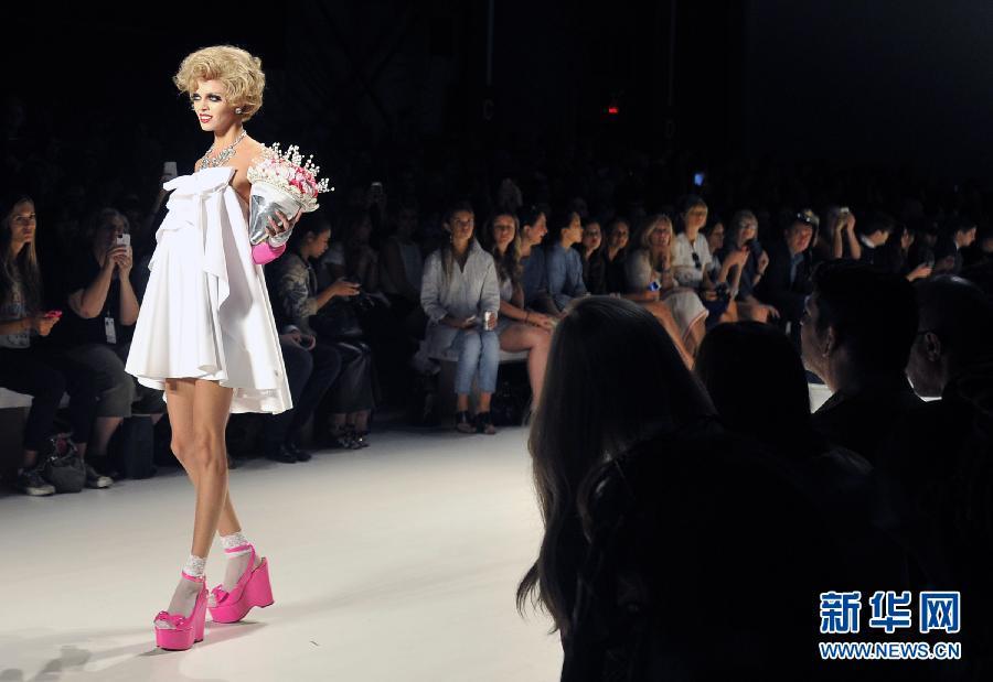 9月10日,在美国纽约林肯中心,模特展示BETSEY JOHNSON品牌时装。