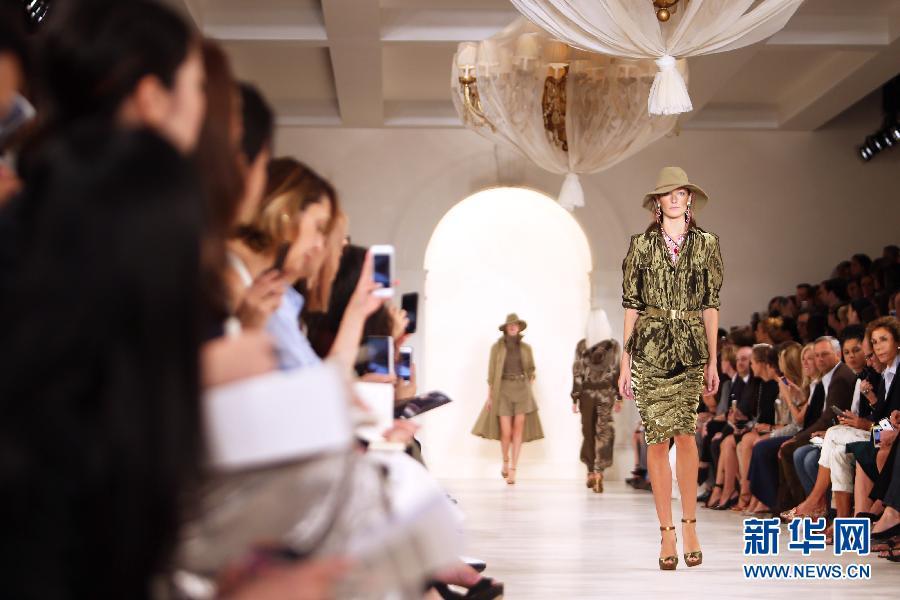 9月11日,在美国纽约,模特展示拉夫・劳伦品牌时装。新华社记者 秦朗 摄