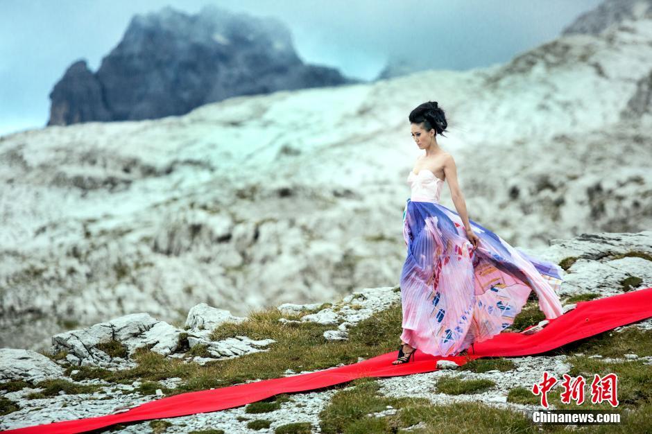 广西卫视《超模之路罗仑模特争霸赛》真人秀在意大利拍外景,动用直升机,将模特空降阿尔卑斯山,并要求她们脚踏12厘米高的高跟鞋,挑战海拔2680米悬崖边铺设50米长红毯的走秀任务。