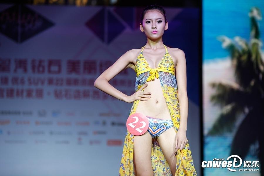 新丝路模特大赛现场,模特泳装展示。