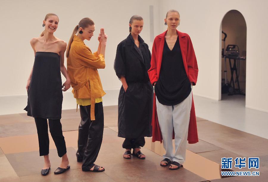 9月24日,模特在巴黎时装周展示NEHERA品牌棉麻系列服装新品。当日,为期9天的2015春夏巴黎时装周进入第二天。