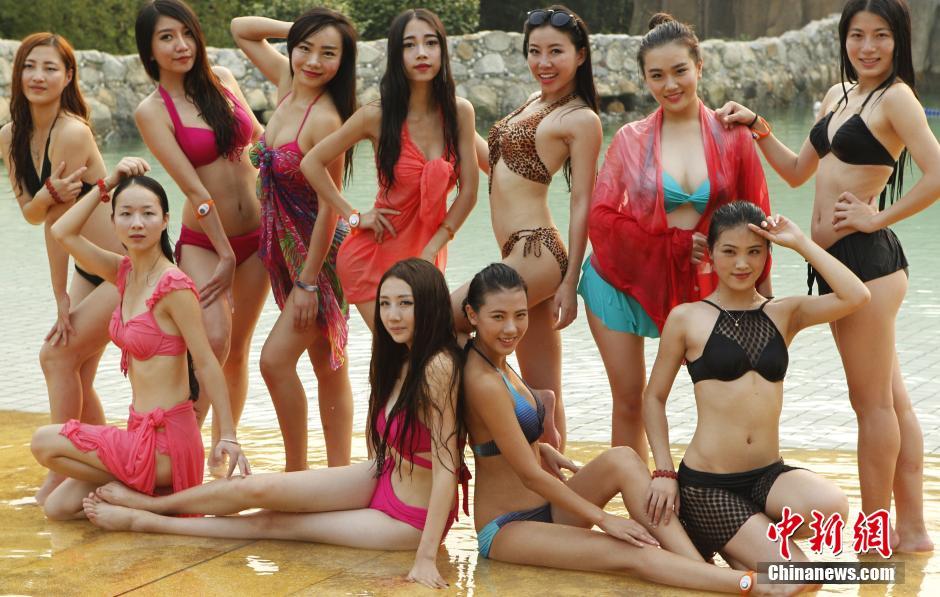 """9月26日,2014国际旅游小姐菁英赛在湖北嘉鱼拉开帷幕,大赛主题为""""绿色 时尚 浪漫 健康"""",图为参赛佳丽在游艇上展示比基尼风采。"""