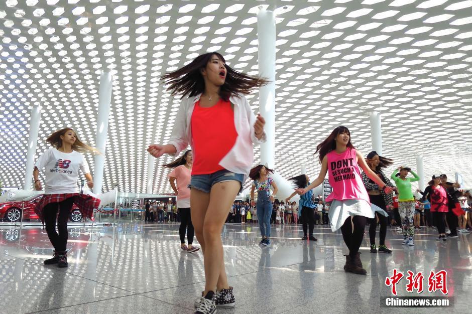 """10月12日,深圳机场航站楼上演了一场激情""""快闪""""秀,百余名来自社会各界的年轻""""舞者""""在候机大厅跳起欢快的街头热舞,吸引众多出行乘客的关注。"""