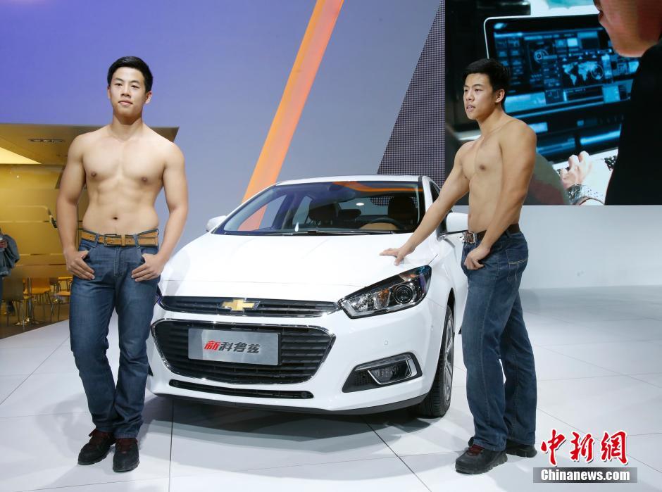 10月16日,半裸男模亮相武汉国际车展,引得众人驻足围观。当日,第十五届武汉国际汽车展览会在武汉国际博览中心隆重举行。车展有300余家参展厂商、80多个汽车品牌亮相;车展现场新车发布、首发数量将达60余款。