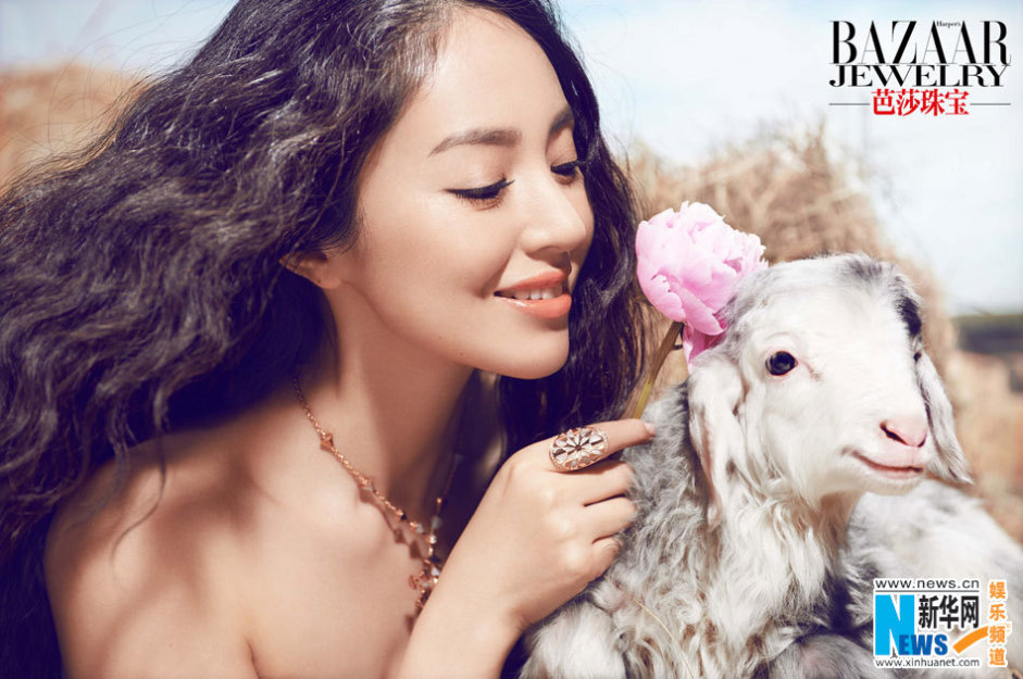 日前,时尚女星董璇曝光一组《芭莎珠宝》杂志大片,董璇优雅而坐,与小动物亲密互动,唯美浪漫,梦幻动人。