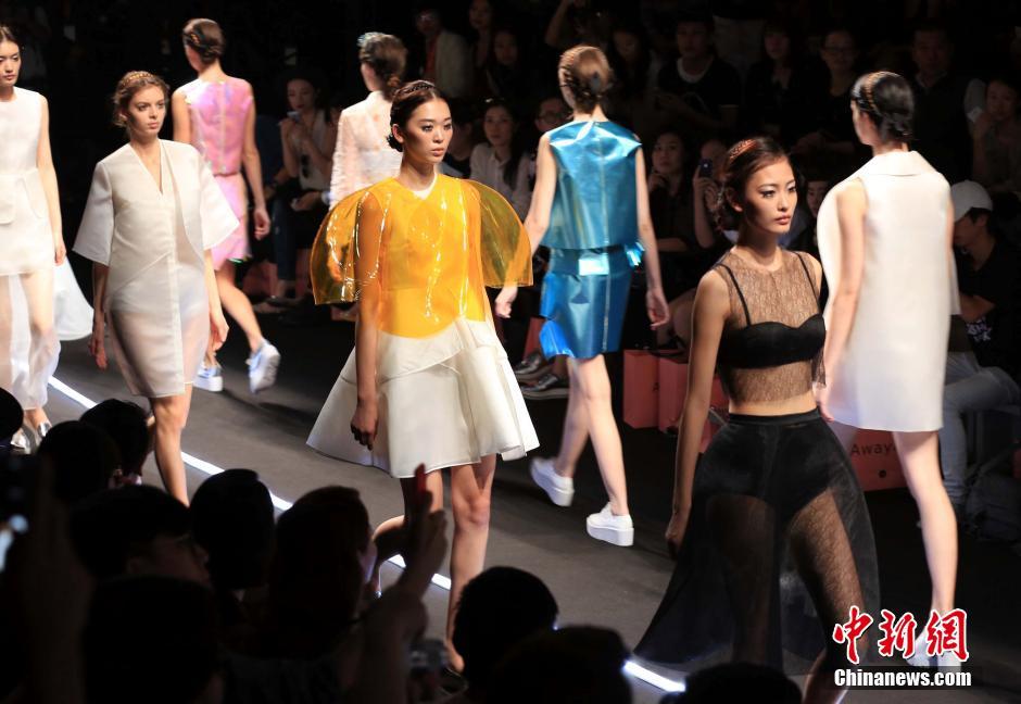 """10月20日,独立设计师品牌Awaylee在上海时装周发布""""天鹅湖""""首秀.jpg"""