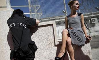 女子监狱举办时装展 模特身着囚犯设计服饰走秀