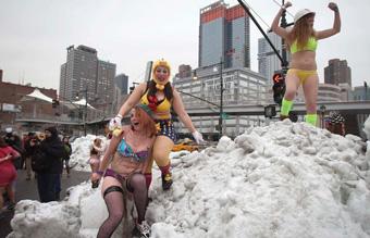 """纽约举行丘比特内衣跑 造型怪异性感""""冻人"""""""