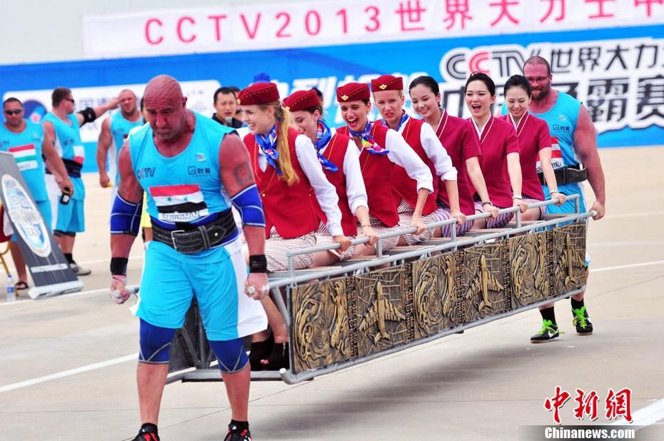 7月9日,2013年世界大力士争霸赛在郑州航空港区举行,图为双人农夫走比赛。