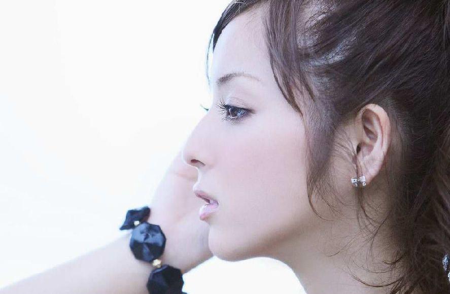 佐佐木希,日本超人气足球宝贝,不但长相甜美可人,散发清纯气质,在2006年还成为全日本女子高中生制服比赛最高奖得主。
