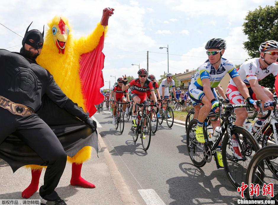 2013年夏,第100届环法自行车赛炽热来袭,他们也成为赛道上独特的风景。他们用激情为比赛喝彩,用创意娱乐大众,让体育盛宴变成快乐嘉年华。