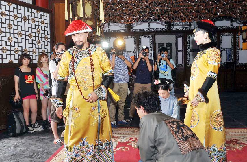 7月18日,主演范冰冰(右)、黄觉(左)等在片场。