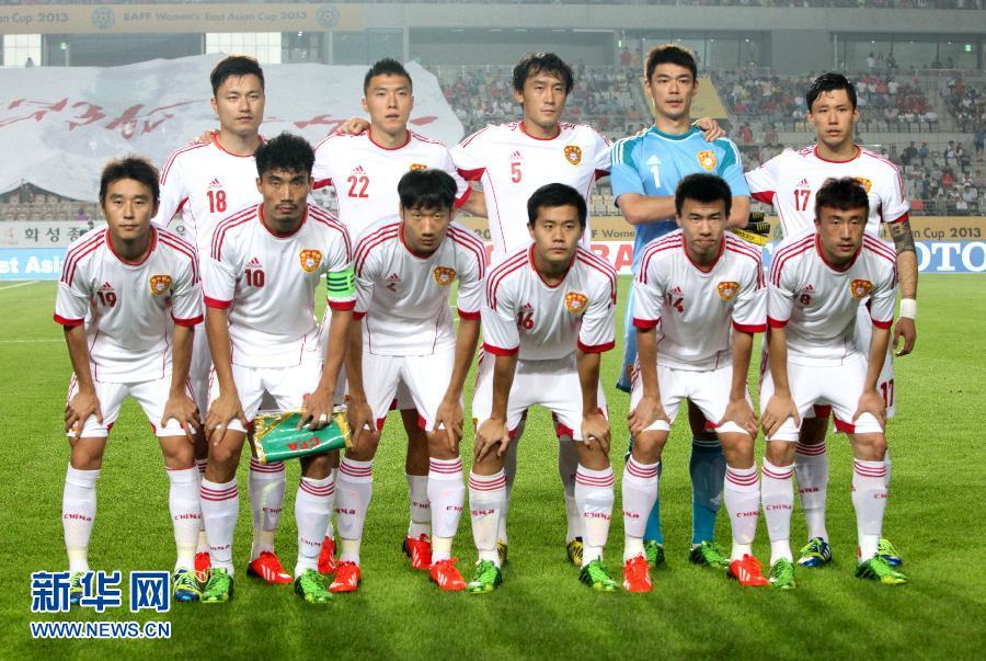 7月24日,中国男足在赛前合影。