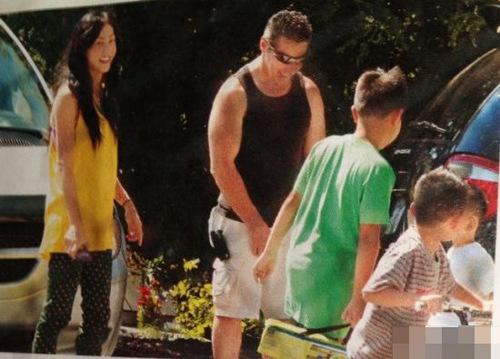 7月23日,有网友在微博曝光了一组翻拍港媒杂志的张柏芝母子加拿大平凡温馨生活照。照片中,张柏芝穿着休闲带着Lucas和小Q逛超市,或是带着两个儿子与同龄玩伴一起骑单车,母子三人在国外的生活显得非常平凡温馨。