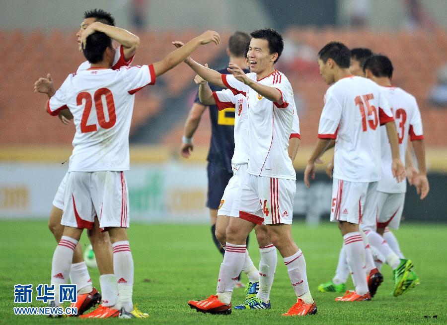 7月28日,中国队球员孙可(中)进球后与队友庆祝。当日,在2013年东亚杯男子足球赛中,中国队以4比3战胜澳大利亚队。