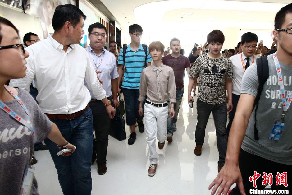 8月8日下午,电影《小时代2》在山西太原召开首映发布会。导演郭敬明携主演姜潮现身媒体发布会现场,受到山西媒体与粉丝的追捧。张云 摄