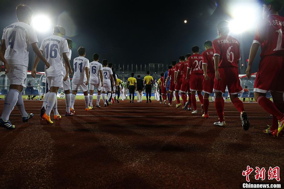 8月21日,亚青会男足半决赛在南京五台山体育场打响,朝韩双方队员列队入场。最终韩国队以1:0的比分挺进决赛。中新社发 刘关关 摄