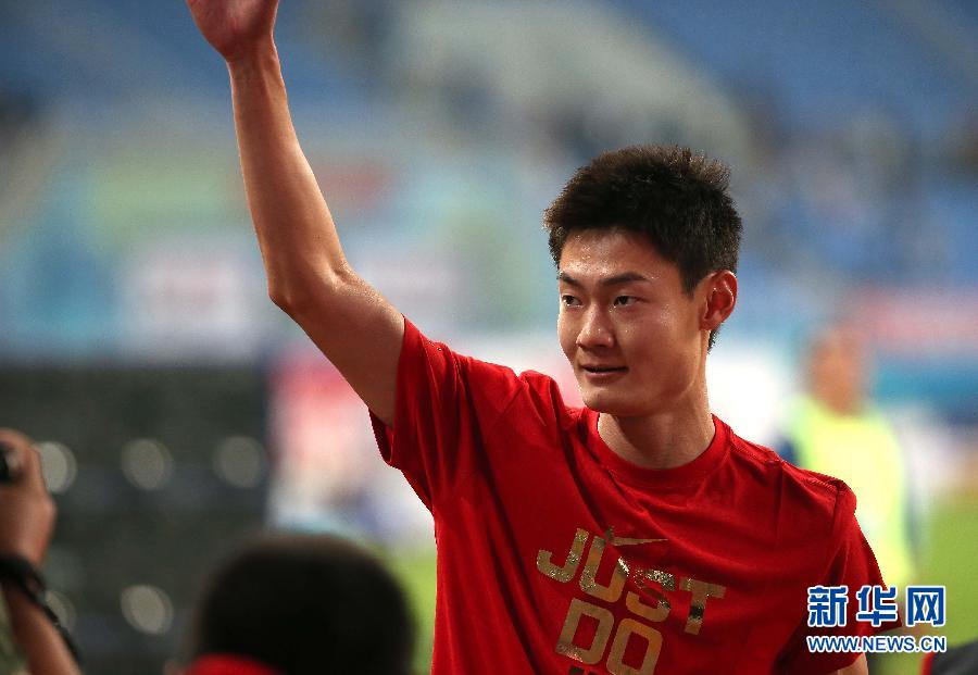 9月8日,张培萌在夺冠后庆祝。当日,在第十二届全运会田径项目男子100米决赛中,北京队张培萌以10秒08的成绩夺得冠军。 新华社记者白雪飞摄