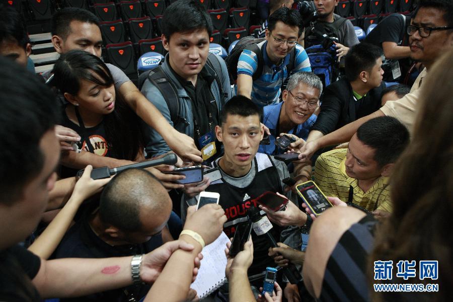 10月8日,火箭队球员林书豪在训练前接受记者采访。