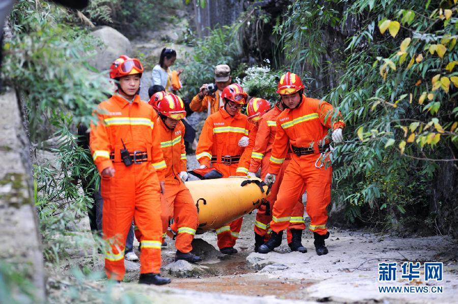 10月9日,消防战士在天门山景区搬运遇难选手遗体。