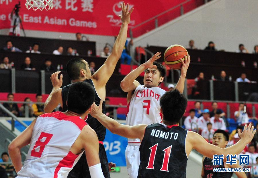10月10日,中国队球员赵泰隆(右二)在比赛中进攻。