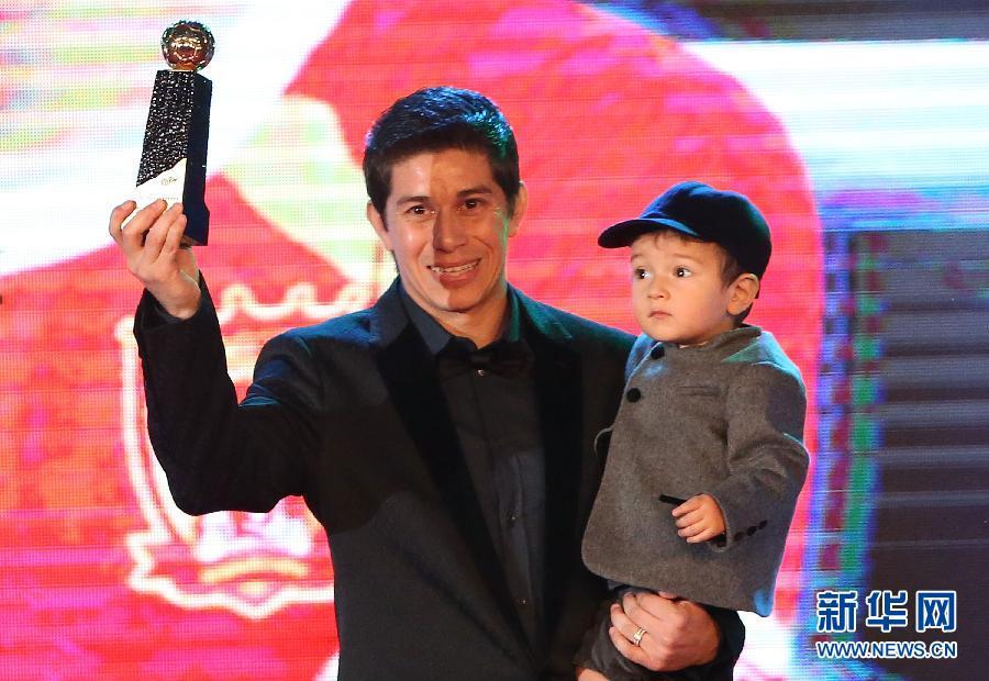 11月24日,获得最佳球员的广州恒大队球员孔卡在颁奖仪式上。 当日,2013年中超联赛颁奖典礼在北京举行。 新华社记者曹灿摄