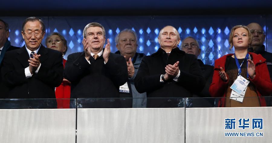 2月7日,俄罗斯总统普京(右二)、国际奥委会主席巴赫(左二)和联合国秘书长潘基文(左一)在开幕式上。当日,第22届冬季奥运会开幕式在俄罗斯索契的菲施特奥林匹克体育场举行。新华社记者王丽莉摄