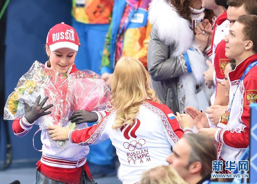 在冰山滑冰中心举行的2014年索契冬奥会花样滑冰团体赛女子单人自由滑比赛中,年仅15岁的俄罗斯甜心利普尼茨卡娅获得141.51分的成绩,排名第一位。