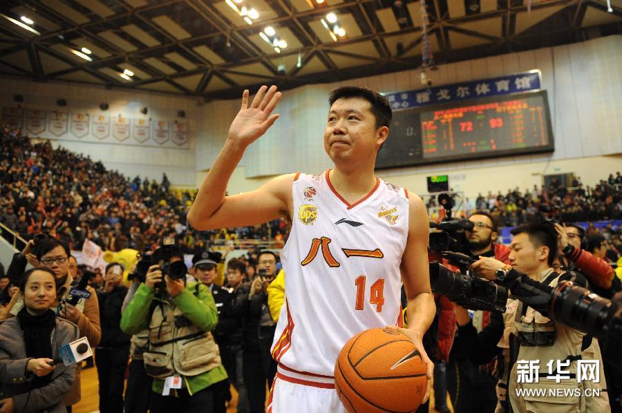 2月16日,八一双鹿电池队球员王治郅在赛后向主场球迷致意。 新华社记者鞠焕宗摄
