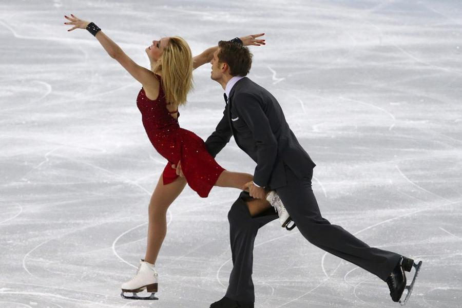 立陶宛人托比亚斯在比赛中不小心用冰刀划开了男伴的裤子,尽管尴尬,男伴还是坚持完成比赛,最终他们总排名位列第17位。