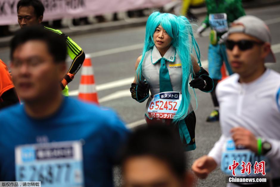 当地时间2月23日,日本东京举行马拉松赛,3万5千名选手参赛,其中不乏造型奇葩的扮相。