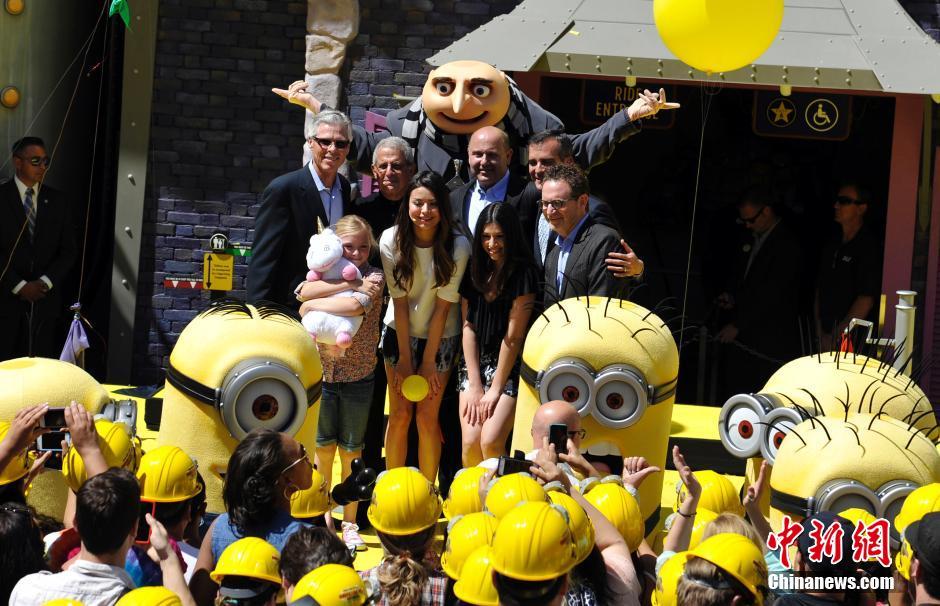 当地时间4月11日中午,洛杉矶好莱坞环球影城沉浸在一片黄色的欢乐海洋中,见证了以电影《神偷奶爸》小黄人和格鲁一家人为主题的3D高清过山车的精彩亮相。中新社发 毛建军 摄