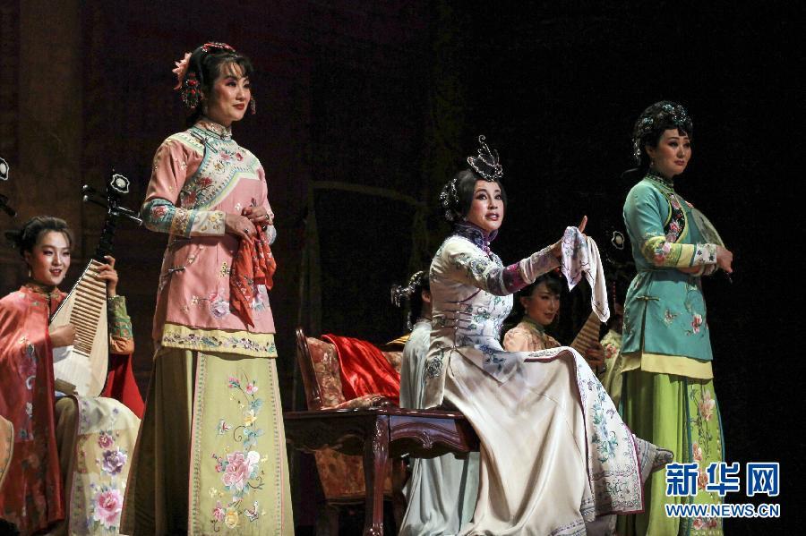 4月19日,中国著名演员刘晓庆在美国纽约演出舞台剧《风华绝代》。