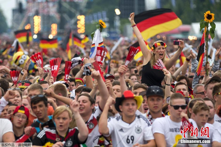 当地时间7月15日,2014巴西世界杯夺冠队――德国队携大力神杯凯旋归国,上万球迷齐聚德国首都柏林勃兰登堡门前与他们的英雄欢庆胜利,共享荣誉。图为球迷早早来到现场,等待国家队到来。