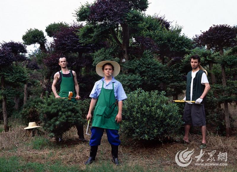 """法国摄影师Benoit Cezard拍摄了一组名为《中国2050》的作品,他说:""""随着中国快速发展,未来中国的农民工将由西方人取代,所以他们得提前适应一下。"""""""