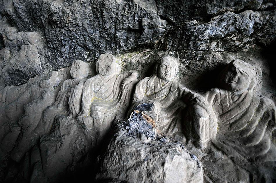 这是莲花洞罗汉造像,部分造像头部被毁(7月22日摄)。