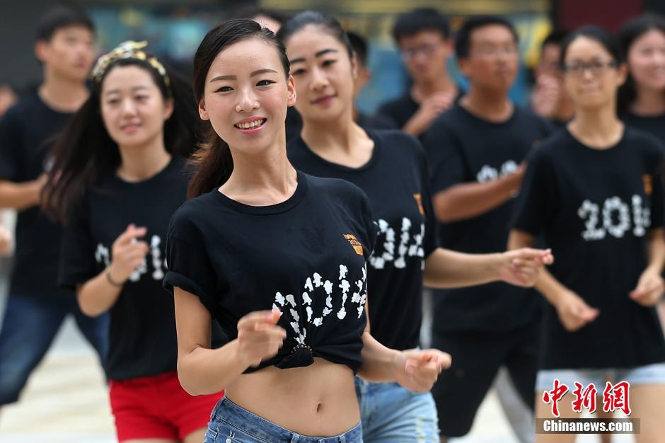 7月26日,一百多名南京青奥会颁奖礼仪志愿者在南京新街口正洪街广场集中亮相。中新社发 泱波 摄