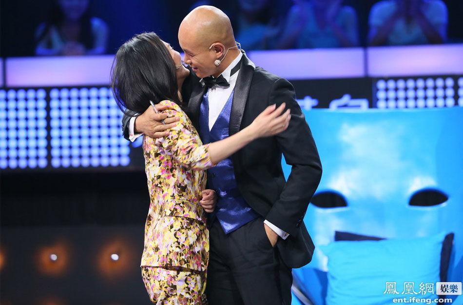 乐嘉说完将脸贴近谢娜似要吻上去,现场观众发出惊呼声。