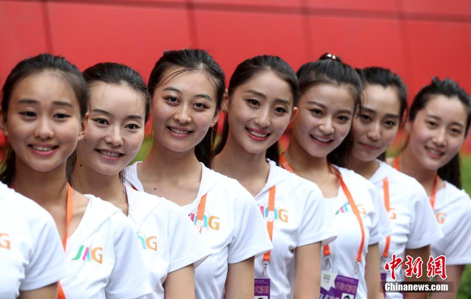 随着南京青奥会即将开幕,来自南京各大中院校的205名礼仪引导员正冒着酷暑忙着训练,她们将以最甜美的笑容举着牌子带领各个代表队入场,向世界展示她们的青春风采。